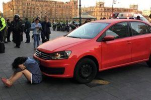 Intenta mujer entrar a Palacio Nacional con auto