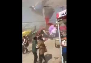 VIDEO: Tornado hace volar un castillo inflable con niños en su interior
