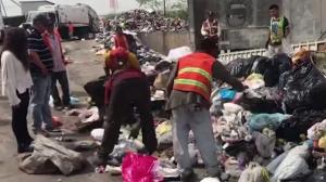 Tira por accidente su celular a la basura y obliga que vacíen camión para recuperarlo