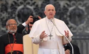 Pide Papa a los jóvenes liberarse de la dependencia del celular