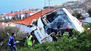 Autobús con turistas vuelca en Portugal; hay al menos 28 muertos