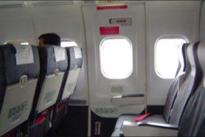 Hombre trató de abrir la puerta de un avión en pleno vuelo y desató el pánico entre los pasajeros