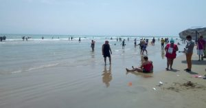 Entregarán a turistas bolsas para la basura en playa miramar