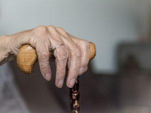 Hombre ayuda a morir a su esposa, enferma de esclerosis en fase terminal