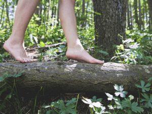 Niña contrae una rara infección tras jugar descalza