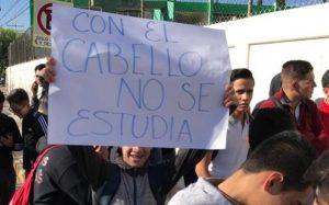 Alumnos marchan tras negarles el acceso a la escuela por tener cabello largo
