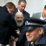 Detienen a Assange en la embajada de Ecuador en Londres