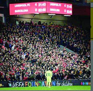 Liverpool vive una histórica jornada en Anfield goleando y eliminando al Barcelona