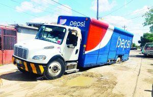 Se 'tragan'  calles dos  camiones   refresqueros