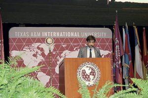 Ovacionan graduados a Alfonso Gómez Rejón