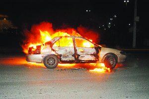 Se quema auto  en plena marcha