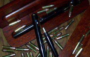 Plumas pistolas se venden por menos de dos mil pesos