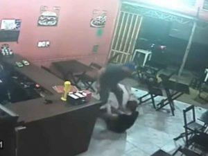 Policía golpea salvajemente a mujer por darle hamburguesa equivocada