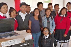 Dona Yalitza computadoras a escuela en Oaxaca