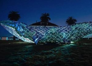 Escultura de ballena a tamaño real hecha con plástico reciclado
