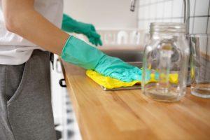 Intruso irrumpe en una casa solo para limpiarla y hacer las camas