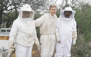 Atrapa miel  a migrantes
