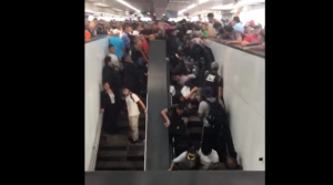 VIDEO: Saturación en Metro Pantitlán provoca caída de usuarios en escaleras eléctricas