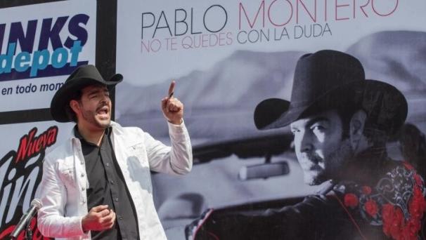Pablo Montero saca a dos mujeres con discapacidad en su concierto