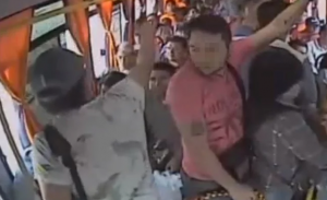 Ladrón golpea a mujer con bebé en asalto a pasajeros