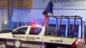 VIDEO: Sin temor a nada, baila twerking en el toldo de una patrulla