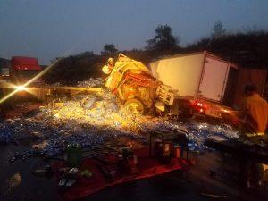 Derrama cargamento de cerveza tras choque en la Nacional