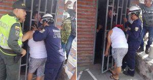 Vecina se queda atorada en una puerta mientras miraba dentro de una casa