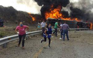 VIDEO: Fatal accidente deja al menos 20 muertos en autopista Puebla-Orizaba