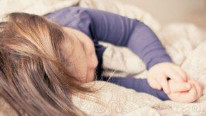 Dormir temprano ayuda a los niños a mantener un peso saludable