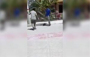 Video: Maestro separa a cintarazos a alumnos peleando