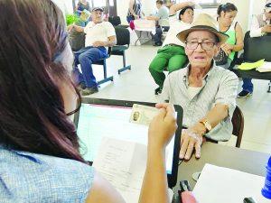 Humillan en bancos locales a abuelos: Heriberto