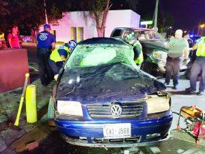 Jovencita impacta de forma brutal a Dodge Ram y queda prensada