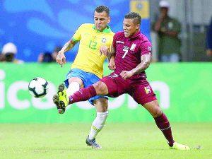 Topa Brasil con muro 'vinotinto'
