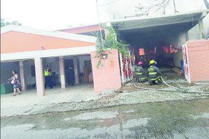 Destruye incendio taller y dos casas