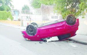 Abandonan vehículo volteado