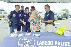 Muestran policías como evitar robos