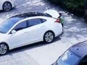 Encuentran a su niño muerto; se encerró por accidente en el carro