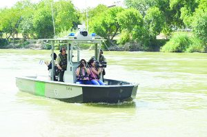 Recorren Patrulla Fronteriza y la prensa el caudal del río