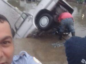 Policía se toma selfie en accidente donde murió automovilista