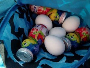 Niño lleva huevos y yogurt al kínder para su amigo que no tiene comida