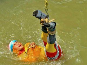Mago desaparece tras sumergirse encadenado a río