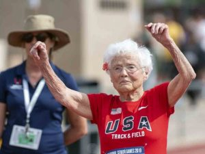 Ella tiene 103 años y acaba de correr los 100 metros planos