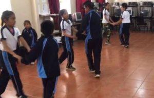 Profesor enseña a sus alumnos a bailar cumbia y se hacen virales
