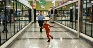 VIDEO: Baile de un niño y su abuelo en un supermercado conquista las redes