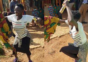 Mujer baila de alegría al recibir su primer par de zapatos