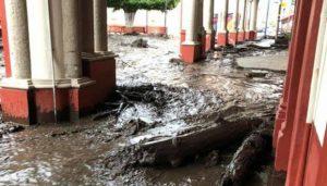 Se desborda río en Jalisco y se lleva autos