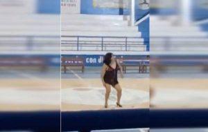Maestra baila en tanga para 'festejar' a los papás de sus alumnos (VIDEO)