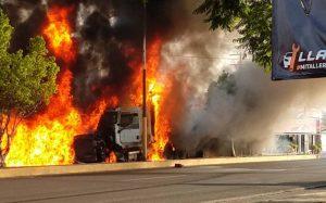 Tráiler sin frenos choca y se incendia; hay 6 muertos y 18 heridos