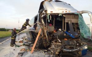 Hay 13 lesionados al impactarse autobús con tráiler