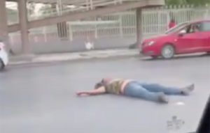 Captan en video momento en que joven se tira de un puente